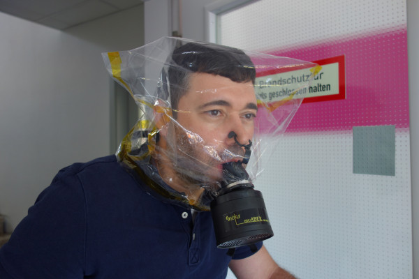 Fluchtfiltergerät mit Haube escABEK-P3 15 mit Gurthalterung
